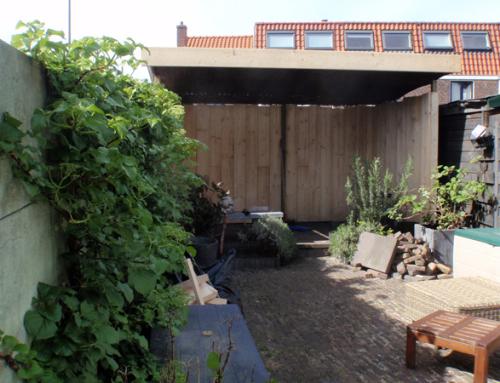 Houten afdak achterin de tuin