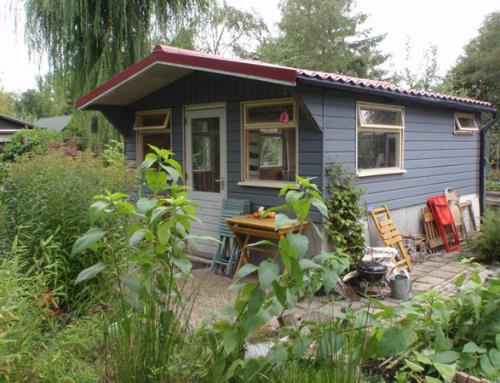 Renovatie houten tuinhuis