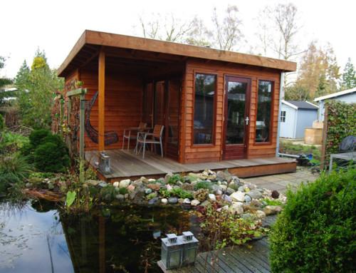 Houten tuinhuis met houten terras
